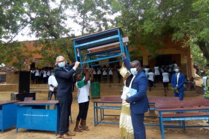 TABLES BANCS ECOLOGIQUES: L'AEV2D en collaboration avec l'OIF équipe le collège jeunes filles de Loumbila